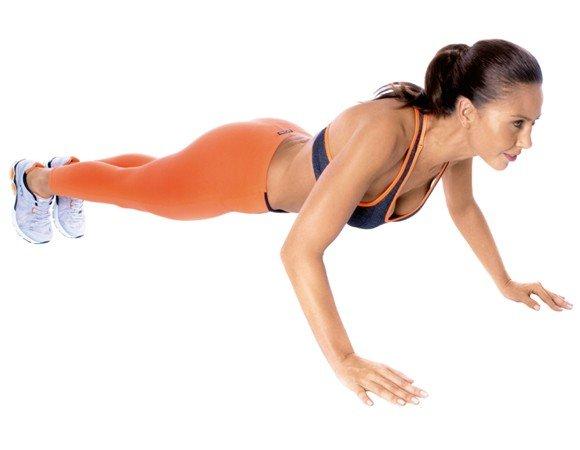 La flexión del brazo le ayuda a perder barriga porque trabaja varios músculos, incluidos los hombros, tríceps, abdomen, músculos dorsales y glúteos.