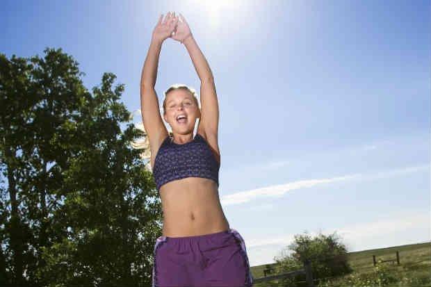 El salto se logra uniendo las manos sobre la cabeza mientras se separan los pies y se unen los pies al bajar las manos a los lados del cuerpo.