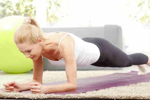 Plank es un ejercicio que trabaja los músculos de los brazos y el abdomen.