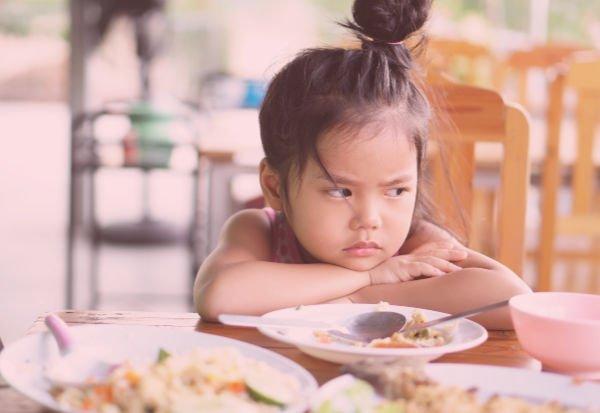 Es importante hablar con sus hijos, independientemente de su peso, para evitar la anorexia - Foto: Shutterstock