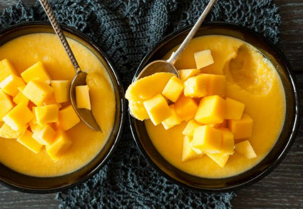 Mousse de mango ligero decorado con trozos de mango - Foto: Shutterstock