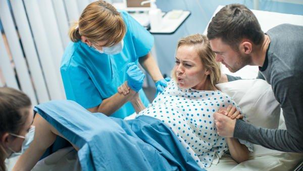 En el parto normal, el equipo no siempre permite que la mujer se mueva a la posición más cómoda.
