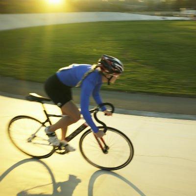 Mujer corriendo en bicicleta - Foto: Getty Images