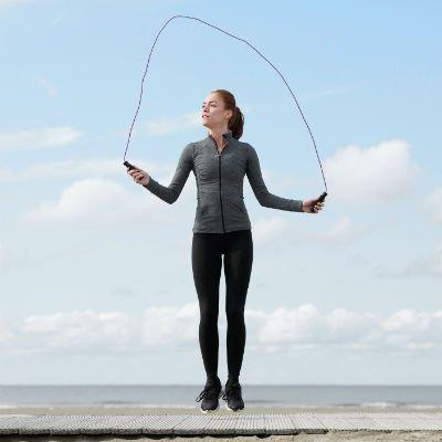Mujer saltar la cuerda al aire libre - Foto: Getty Images