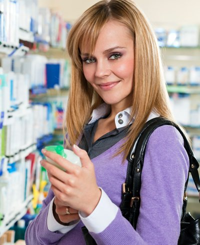 mujer comprando un acondicionador - Foto Getty Images
