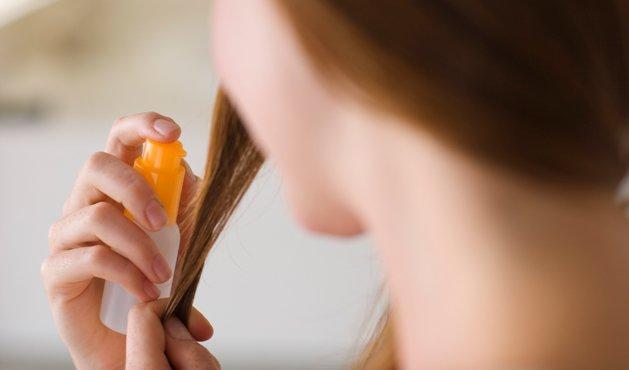 mujer aplicando suero en el pelo - Photo Getty Images