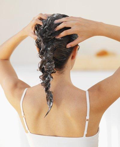 mujer hidratando su cabello - Foto Getty Images