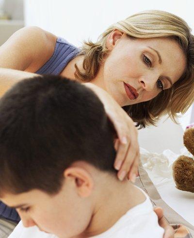madre mirando la espalda de su hijo - Foto: Getty Images