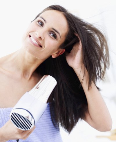 mujer recibiendo un cepillo para el pelo - Foto Getty Images