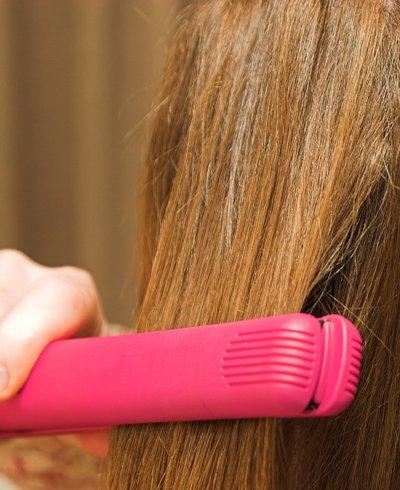 mujer haciendo plancha en el pelo - Foto Getty Images