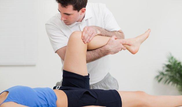 Mujer acostada con las piernas levantadas - Foto Getty Images