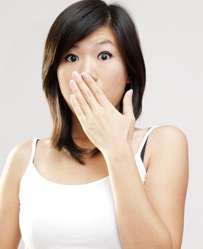 mujer con las manos en la boca - Foto: Getty Images