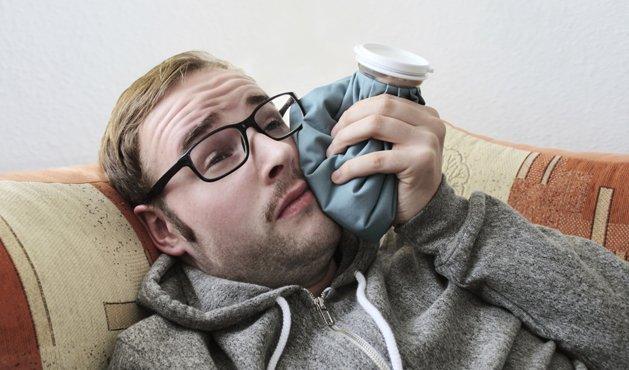 hombre haciendo una compresa en la boca - Foto: Getty Images