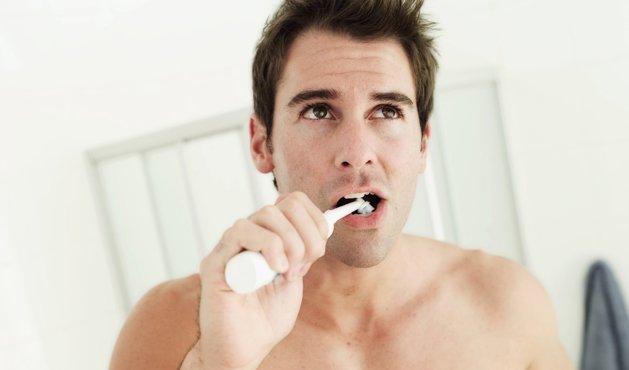 hombre que se cepilla los dientes - Foto: Getty Images