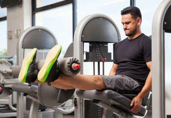 Ejercicios para las piernas: silla flexora y extensora - Foto: Shutterstock