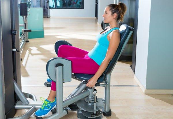 Ejercicios para las piernas: silla aductora - Foto: Shutterstock