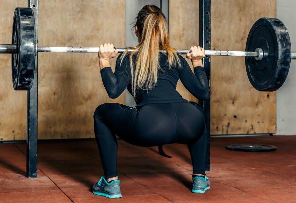 Se pone en cuclillas con barra - Foto: Shutterstock