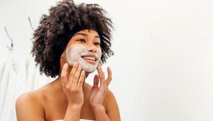 Arcilla blanca: para qué sirve, beneficios para la cara y el cabello