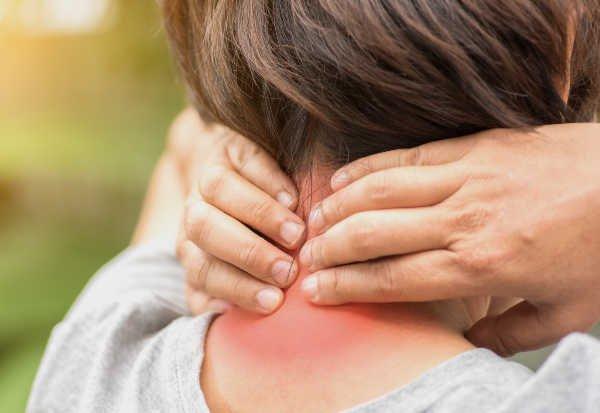 El dolor de cuello puede ser indicativo de una postura inadecuada o incluso una lesión - Foto: Shutterstock