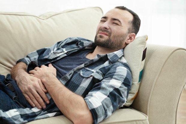 Hombre con dolor de barriga - Foto: Shutterstock